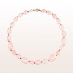 Collier mit rosa Koralle, rosa Saphir und einer 18kt Roségold Kugelschließe