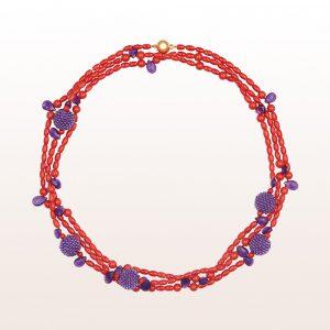 Collier mit roter Koralle, Amethyst Coccinellakugeln und Tropfen und einer 18kt Gelbgold Kugelschließe
