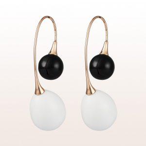Ohrgehänge mit Onyx und weiße Opale in 18kt Roségold