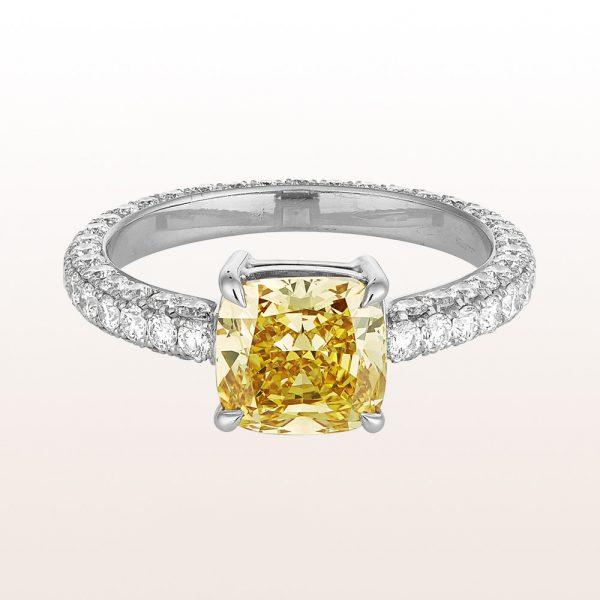 Ring mit Cushion cut Diamant fancy deep yellow 2,35ct und Brillanten 1,43ct in 18kt Weißgold