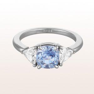 Ring mit hellblauem Saphir 1,89ct und Triangel-Diamanten 0,74ct in 18kt Weißgold