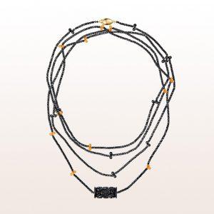 Collier mit geschnitzem Onyx, schwarzem Spinell, Mandaringranat und einer 18kt Gelbgold Steckschließe